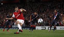 <p>Meia do Arsenal Cesc Fabregas converte pênalti em goleada de 6 x 0 sobre o Braga pela Liga dos Campeões. REUTERS/ Eddie Keogh</p>
