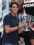 <p>Rafael Nadal, campeão dos Aberto dos EUA de 2010, exibe seu troféu na Times Square de Nova York. 14/09/2010 REUTERS/Shannon Stapleton</p>