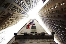<p>Национальный флаг США на фасаде Нью-Йоркской фондовой биржи 6 мая 2010 года. 17 сентября 2001 года фондовая биржа Нью-Йорка NYSE возобновила работу после самого продолжительного перерыва в ее истории со времен Великой депрессии, который был вызван разрушительными терактами в США 11 сентября. REUTERS/Lucas Jackson</p>