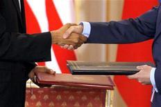 <p>Президент США Барак Обама (слева) и его российский коллега Дмитрий Медведев во время подписания договора о СНВ, 8 апреля 2010 года. Комитет Сената по международным отношениям в четверг одобрил новое соглашение США и России о стратегических ядерных вооружениях. REUTERS/Petr Josek</p>
