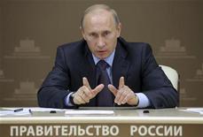 <p>Премьер-министр России Владимир Путин во время видео-конференции в Москве 16 сентября 2010 года. Премьер-министр РФ Владимир Путин не исключил, что Россия может завершить 2010 год с дефицитом бюджета ниже 5,3 процента. REUTERS/Ria Novosti/Pool/Alexei Druzhinin</p>