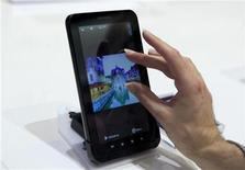 <p>Imagen de archivo del Galaxy Tab de Samsung, durante una muestra en Berlín. Sep 2 2010 Samsung Electronics cerró acuerdos con cuatro operadoras de telecomunicaciones estadounidenses para empezar a vender su nuevo Tablet PC, que usa software Android de Google, durante las fiestas de fin de año. REUTERS/Thomas Peter/ARCHIVO</p>