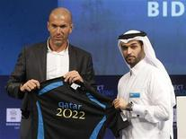 <p>Diretor do comitê de candidatura do Catar para 2022, Hassan Al-Thawadi (dir) e o embaixador oficial da campanha Zinedine Zidane com uma camisa personalizada em Doha. 16/09/2010</p>