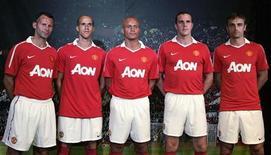 """<p>Футболисты """"Манчестер Юнайтед"""" в новой форме в Чикаго, 14 июля 2010 года. Хет-трик нападающего Димитара Бербатова принес """"Манчестер Юнайтед"""" домашнюю победу над """"Ливерпулем"""" в напряженном матче пятого тура чемпионата Англии. REUTERS/Frank Polich</p>"""