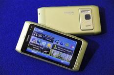 <p>Foto de archivo del teléfono N8 de Nokia durante una exhibición en Espoo, Finlandia, sep 8 2010. Nokia, el mayor fabricante de teléfonos celulares del mundo, dijo el martes que por segunda vez había decidido demorar el inicio de las ventas de su modelo N8, al que se considera su principal apuesta frente al iPhone. REUTERS/LEHTIKUVA/Heikki Saukkomaa</p>