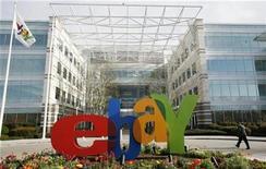<p>Foto de archivo de una persona frente a la casa matriz de la compañía eBay en San José, EEUU, feb 25 2010. La minorista por internet eBay dijo el martes que espera que sus ganancias por acción en el tercer trimestre estén en la parte alta de su rango de pronósticos de entre 35 y 37 centavos de dólar, que informó en julio. REUTERS/Robert Galbraith</p>