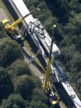 """<p>Поврежденный поезд Transrapid в районе Эмсланда, Германия 22 сентября 2006 года. 22 сентября 2006 года немецкий сверхскоростной поезд """"Transrapid"""", проходивший испытания, столкнулся на скорости 200 километров в час с оказавшимся на путях техническим поездом. В результате аварии погибли 23 человека. Еще 10 человек были ранены. REUTERS/Bodo Marks</p>"""