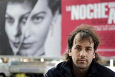 """<p>O diretor espanhol Isaki Lacuesta é visto em frente ao pôster de seu documentário """"La Noche Que No Acaba"""", filme que conta as experiências de Ava Gardner na Espanha, 21 de setembro de 2010. REUTERS/Vincent West</p>"""