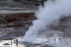 <p>Туристы смотря на гейзеры El Tatio в Чили, 23 марта 2005 года. Россия планирует использовать термальную энергию недр Камчатки для производства алюминия, рассказал президенту РФ Дмитрию Медведеву его исландский коллега. REUTERS/Ivan Alvarado</p>