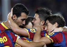 """<p>Игроки """"Барселоны"""" радуются голу, забитому в ворота """"Спортинга"""" Давидом Вильей, в Барселоне 22 сентября 2010 года. Гол Давида Вильи принес """"Барселоне"""" минимальную победу над """"Спортингом"""" в матче четвертого тура чемпионата Испании. REUTERS/Albert Gea</p>"""