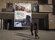 """<p>Foto de archivo de unas personas a su llegada al estreno de la cinta """"Black Tulip"""" en Kabul, sep 23 2010. La candidata afgana para los premios Oscar debutó el jueves en un cine que en el pasado fue la escena de sangrientas batallas, pero su directora quiere que los espectadores vean más allá de la violencia y perciban la riqueza de la cultura y la tradición de su país REUTERS/Ahmad Masood</p>"""