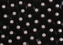 <p>Бутылки с пивом на пивоварне Westmalle в Бельгии 22 сентября 2009 года. Полнолуние зачастую ассоциируется с приливами и отливами, безумием и существами наподобие оборотней, но бельгийские пивовары доказали, что полнолуние - идеальное время для изготовления пенного напитка. REUTERS/Yves Herman</p>