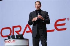 <p>El presidente ejecutivo de Oracle, Larry Ellison, da un discurso en una presentación en San Francisco. Sep 22 2010 El gigante del software Oracle está en busca de más adquisiciones para reforzar su tecnología, y una compañía de microchips podría encajar bien dentro de esa estrategia, dijo su presidente ejecutivo, Larry Ellison. REUTERS/Robert Galbraith</p>