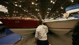 "<p>A visitor looks at ""Formula"" speed boats at the 2007 New York National Boat Show in New York, January 4, 2007. Boat dealers are upbeat about 2007 sales after a record year for Wall Street bonuses. REUTERS/Mike Segar</p>"