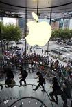 <p>Clientes esperando comprar el iPhone 4 en una tienda de Apple en Shanghai. Sep 25 2010 Los reguladores antimonopolio de la Unión Europea decidieron cerrar dos investigaciones sobre el iPhone de Apple luego de que la compañía aprobó un servicio de reparación transfronterizo y simplificó las restricciones sobre las aplicaciones de su popular teléfono avanzado. REUTERS/Aly Song</p>