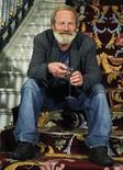 """<p>El director Peter Mullan, celebrando el premio de su película en el Festival de Cine de San Sebastián, España. Sep 25 2010 """"Neds"""", del cineasta escocés Peter Mullan, se alzó el sábado con la Concha de Oro a la mejor película del Festival de Cine de San Sebastián y con la Concha de Plata al mejor actor para Connor McCarron, dentro de un palmarés también con premios para latinoamericanos. REUTERS/Vincent West</p>"""