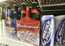 <p>Пиво Bud Light и Budweiser на полке магазина в Лос-Анджелесе 16 июня 2008 года. Пивоваренный гигант Anheuser-Busch InBev's постарается восстановить переживающий не лучшие времена бренд Budweiser при помощи бесплатных образцов этого пива в барах на территории США. REUTERS/Fred Prouser</p>