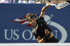 <p>Рафаэль Надаль совершает подачу в финале турнира U.S. Open против Новака Джоковича в Нью-Йорке 13 сентября 2010 года. Ассоциация теннисистов-профессионалов (ATP) опубликовала в понедельник новый рейтинг лучших игроков планеты Entry System. REUTERS/Gary Hershorn</p>