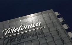 <p>Imagen de archivo del logo de Telefónica en una oficina en Madrid. Jul 29 2010 Telefónica dijo el lunes que cerró la compra de la participación de Portugal Telecom (PT) en el operador brasileño Vivo y ha efectuado el primer desembolso de 4.500 millones de euros, en línea con el calendario pactado entre los dos operadores europeos. REUTERS/Susana Vera/ARCHIVO</p>