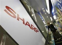 <p>Imagen de archivo del logo de Sharp en un centro comercial en Tokio. Oct 29 2009 Sharp anunció el lunes que lanzará un servicio para libros electrónicos y una Tablet PC en Japón en diciembre, con la esperanza de competir con el iPad de Apple y el Reader de Sony. REUTERS/Kim Kyung-Hoon/ARCHIVO</p>