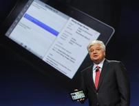 "<p>Mike Lazaridis, président de Research in Motion, a dévoilé lundi une tablette multimédia tactile baptisée ""BlackBerry PlayBook"". RIM mise sur les jeux vidéos, la lecture de contenus et la clientèle d'entreprise pour concurrencer l'iPad d'Apple. /Photo prise le 27 septembre 2010/REUTERS/Robert Galbraith</p>"