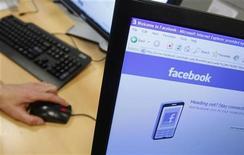 <p>Facebook, le premier réseau social en ligne au monde, devrait être introduit en Bourse à partir de la fin de l'année 2012. La cotation de Facebook est l'une des plus attendues de ces dernières années et l'entreprise est déjà valorisée plusieurs dizaines de milliards de dollars par certains analystes. /Photo d'archives/REUTERS/Thierry Roge</p>