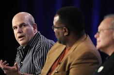 """<p>Исполнительный продюсер Дэвид Саймон (слева), актер Вендел Пьерс (в центре) и продюсер Эрик Овермайер на пресс-конференции по случаю запуска нового сериала на канале HBO, Пасадена 14 января 2010 года. Создатель популярного американского телесериала """"Прослушка"""", резчик по камню и ученый, спасающий находящиеся на грани вымирания виды пчел, названы среди 23 лауреатов грантов """"для гениев"""" в $500.000, объявил благотворительный фонд Джона и Кэтрин МакАртур. REUTERS/Phil McCarten</p>"""