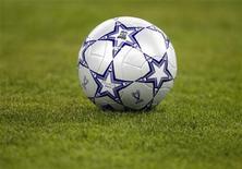 <p>Мяч на футбольном поле в Афинах 23 мая 2007 года. Матчи 1/8 финала Кубка лиги Франции пройдут во вторник. REUTERS/Kai Pfaffenbach</p>