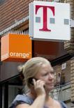 <p>La coentreprise au Royaume-Uni entre Orange et Deutsche Telekom, Everything Everywhere, a confirmé, un an après l'annonce de sa création, qu'elle générerait les synergies promises, d'au moins 3,5 milliards de livres d'ici à 2014. /Photo d'archives/REUTERS/Darren Staples</p>