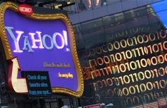 <p>Imagen de archivo de un cartel de Yahoo! en Nueva York. Ene 25 2010 Las búsquedas especializadas por internet de nuevas canciones, videojuegos y películas pueden predecir cuáles serán grandes éxitos, pero a menudo no lo hacen mucho mejor que los métodos tradicionales, dijeron el lunes investigadores de Yahoo Inc. REUTERS/Brendan McDermid</p>