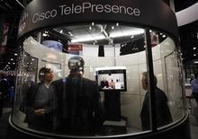 <p>Présentation du système TelePresence de Cisco lors d'un salon à New York. Le leader mondial des équipements de réseaux lèvera le voile le 6 octobre sur un nouveau produit destiné au grand public, qui pourrait être une version nouvelle et moins coûteuse de son système de visioconférence TelePresence vendu aux professionnels aux alentours de 300.000 dollars l'unité. /Photo prise le 11 janvier 2010/REUTERS/Shannon Stapleton</p>