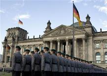 <p>Немецкие солдаты стоят рядом с Рейхстагом во время церемонии присяги в Берлине 20 июля 2009 года. Германия выплатит последние репарации за Первую мировую войну в это воскресенье. REUTERS/Thomas Peter</p>