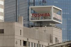 <p>Imagen de archivo del logo de Toshiba en una oficina en Tokio. Ene 29 2010 La japonesa Toshiba anunció el miércoles que tiene como objetivo hacerse con más del 10 por ciento del mercado de baterías recargables en cinco años, con la vista puesta en un trozo importante del sector creciente pero competitivo. REUTERS/Toru Hanai/ARCHIVO</p>