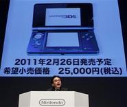 <p>Iwata fala durante conferência da Nintendo. A Nintendo anunciou nesta quarta-feira que o lançamento do console portátil DS com recursos 3D não acontecerá na temporada de compras de fim de ano de 2010, o que forçou a maior fabricante japonesa de videogames a reduzir em um terço sua projeção anual de lucros.29/09/2010.REUTERS/Toru Hanai</p>