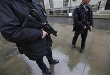 """<p>Вооруженные сотрудники полиции стоят в центре Лондона, 29 сентября 2010 года. Разведывательные службы предотвратили несколько атак на европейские города, запланированные группировкой, связанной с """"Аль-Каидой"""", сообщило британское новостное агентство Sky News. REUTERS/Andrew Winning</p>"""