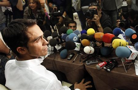 Tour de France champion Alberto Contador is surrounded by reporters after arriving for a press conference at his hometown of Pinto, near Madrid September 30, 2010. REUTERS/Sergio Perez