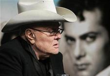 """<p>Imagen de archivo del actor estadounidense Tony Curtis, durante una feria del libro en Budapest. Abr 25 2009 Tony Curtis, cuyo porte lo erigió en una de las estrellas de Hollywood antes de convertirse en un consumado actor en títulos como """"The Sweet Smell of Success"""" y """"Some Like It Hot"""", murió a los 85 años en su casa de Nevada, dijo el jueves su hija. REUTERS/Karoly Arvai/ARCHIVO</p>"""
