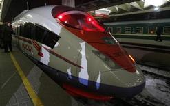 """<p>Скоростной поезд """"Сапсан"""" на вокзале в Москве 17 декабря 2009 года. Российская железнодорожная госмонополия РЖД вернет плату за проезд на скоростном поезде """"Сапсан"""" в случае его задержки, заявил глава компании. REUTERS/Sergei Karpukhin</p>"""