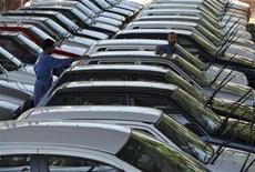 <p>Imagen de archivo de un parque automotriz de Suzuki Maruti en Jammu, India. Sep 9 2010 Las grandes automotrices indias reportaron fuertes ventas en septiembre, impulsadas por el robusto crecimiento económico del país, mientras que las ventas en Japón bajaron por primera vez en 14 meses tras el término de un plan gubernamental de incentivos. REUTERS/Mukesh Gupta/ARCHIVO</p>