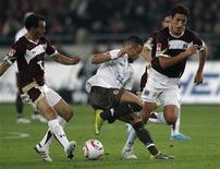 <p>Os jogadores do Hannover 96 Sergio Pinto e Karim Haggui disputam lance com Deniz Naki, do St. Pauli, nesta sexta-feira. REUTERS/Christian Charisius</p>