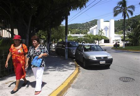 Women walk at the place where 20 people where kidnapped the last Thursday in Acapulco October 2, 2010. REUTERS/ Jesus Trigo