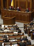 <p>Спикер украинского парламента Владимир Литвин выступает во время заседания Рады в Киеве 2 марта 2010 года. Спикер украинского парламента Владимир Литвин предложил увеличить срок полномочий Верховной Рады до пяти лет после решения Конституционного суда, отменившего политреформу 2004 года и вернувшего действие Конституции 1996 года, согласно которой парламент избирается на четыре года. REUTERS/Gleb Garanich</p>
