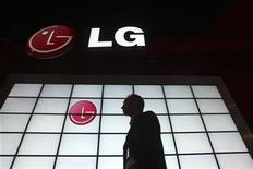 <p>Imagen de archivo que muestra el logo de LG en una feria de tecnología en Las Vegas. Ene 9 2009 LG Electronics anunció el lunes que abandonó su plan de lanzar su Tablet PC basado en el sistema operativo Android 2.2 de Google, una decisión que podría retrasar el lanzamiento del producto. REUTERS/Steve Marcus/ARCHIVO</p>