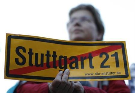 Demonstrantin auf einer Protestaktion gegen das umstrittene Bahnprojekt ''Stuttgart 21'' am 4. Oktober 2010 in Stuttgart. REUTERS/Michaela Rehle