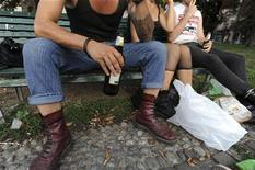 <p>Подростки пьют пиво в парке в Милане 22 августа 2009 года. Пьянство становится все более популярным развлечением у восточноевропейских подростков, показывают итоги проведенного в Швейцарии исследования. REUTERS/Paolo Bona</p>