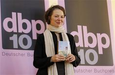 <p>Serbian-born writer Melinda Nadj Abonji poses with her book after winning the German Book Prize 2010 during a ceremony in Frankfurt October 4, 2010. REUTERS/Kai Pfaffenbach</p>