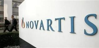 <p>People walk past the logo of Swiss drugmaker Novartis at the company's plant in Basel January 28, 2009. REUTERS/Arnd Wiegmann</p>