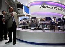 <p>Imagen de archivo de una muestra de Microsoft en una feria en Taipei. Jun 1 2010 Un dispositivo de Microsoft para enfrentar al popular Ipad estará listo para esta Navidad, dijo el martes el presidente ejecutivo de Microsoft, Steve Ballmer. REUTERS/Nicky Loh/ARCHIVO</p>