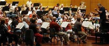 <p>Foto de archivo de la orquesta filarmónica de Israel dirigida en un ensayo por el maestro Zubin Mehta en Mumbai, oct 7 2008. Una orquesta israelí se convertirá en el primer conjunto del Estado judío en tocar en un festival alemán asociado con Richard Wagner, un compositor admirado por Adolf Hitler cuya música ha sido controvertida en Israel. REUTERS/Arko Datta (INDIA)</p>