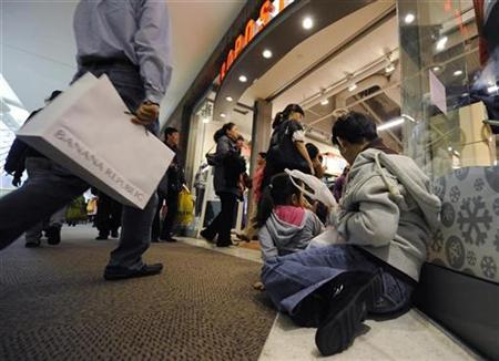 Shoppers attend Black Friday sales in Glendale, California November 27, 2009. REUTERS/Phil McCarten